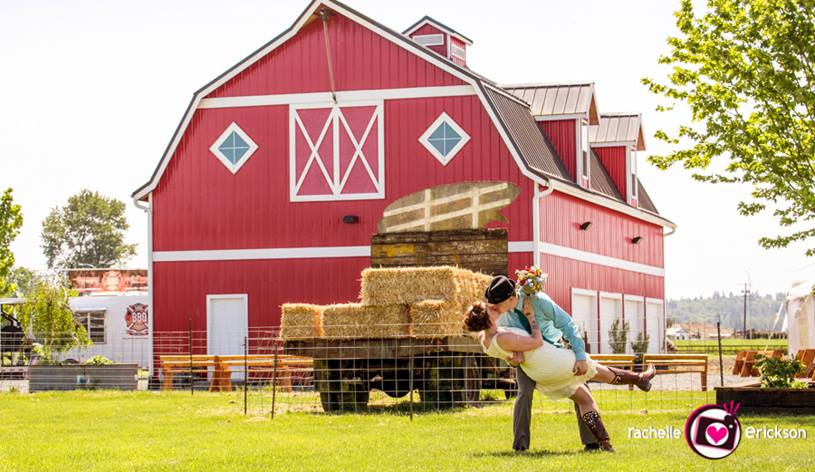 Barn-and-Kissing-couple