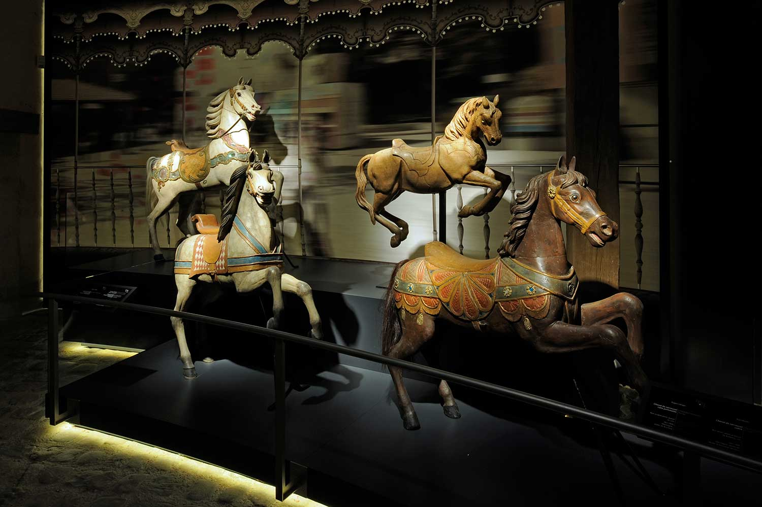The objects and works of art, exhibited in 15 rooms, cover several themes: the history of the domestication of horses, the different races of horses in the world and the evolution of tack over the centuries. One room is dedicated to tools invented by man to control his steed: bits, stirrups, spurs…