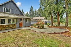 Welcome to this turn-key equestrian facility in Issaquah!