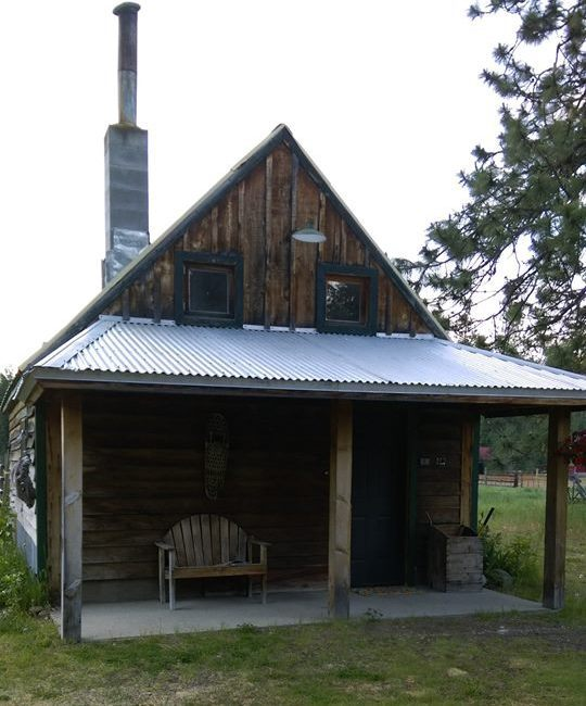 Longhorn Cabin – Small detached cabin has a loft with queen bed and fold out futon, wood stove, fully equipped kitchen, living/dining area and bath. Sleeps 2-4 people in beds.